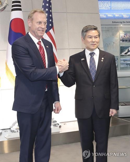 韩国国防部长官郑景斗(右)和美国国防部代理部长沙纳汉(韩联社)