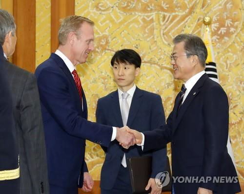 6月3日下午,在青瓦台,文在寅与沙纳汉握手。(韩联社)
