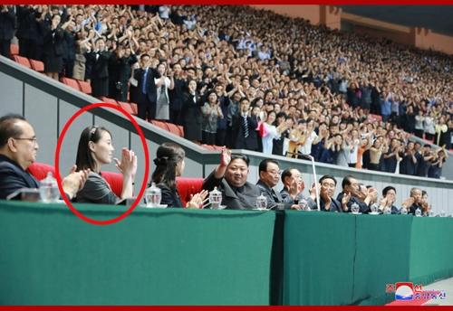 金与正陪同金正恩观看大型团体操表演