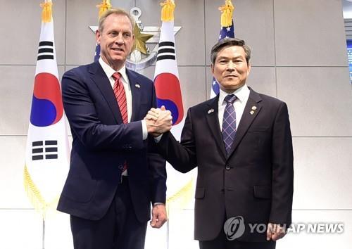 资料图片:韩国国防部长官郑景斗(右)和美国国防部代理部长沙纳汉(韩联社)