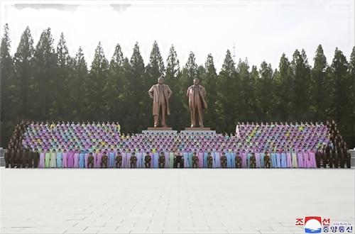 据朝中社6月5日报道,金正恩4日在人民武力省与第二届第七次军属艺术小组竞赛获奖人员合影留念。图片仅限韩国国内使用,严禁转载复制。(韩联社/朝中社)