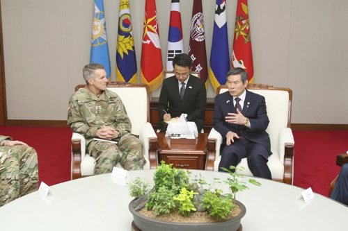 韩防长郑景斗会见美特战司令克拉克