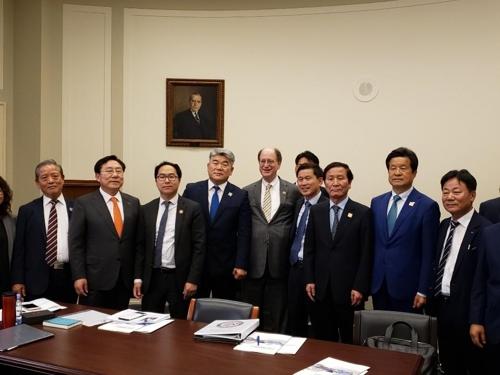 当地时间6月11日,在华盛顿雷伯恩众议院大厦,美国众院外委会亚太小组委员会和韩国中小企业代表团联合举办开城工业园说明会,韩美双方与会人士合影。 韩联社