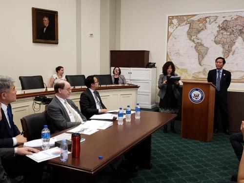 6月11日,在华盛顿雷伯恩众议院大厦,舍曼(左二)和安迪·金(左三)听取韩企意见。 韩联社