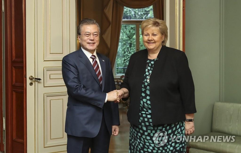 文在寅同挪威首相索尔贝格举行会谈