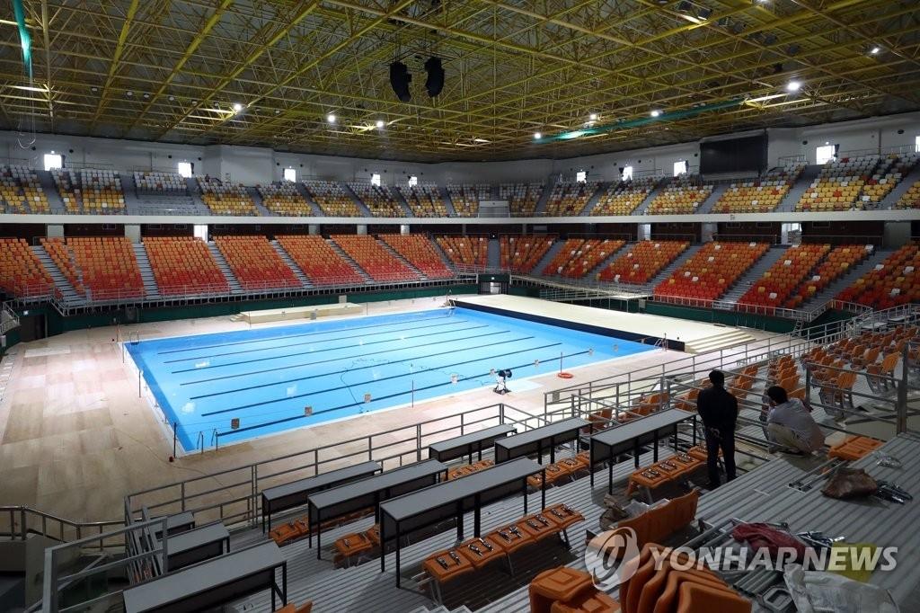 资料图片:6月11日,在光州念珠体育馆,2019光州世游赛艺术游泳项目场馆施工接近尾声。 韩联社