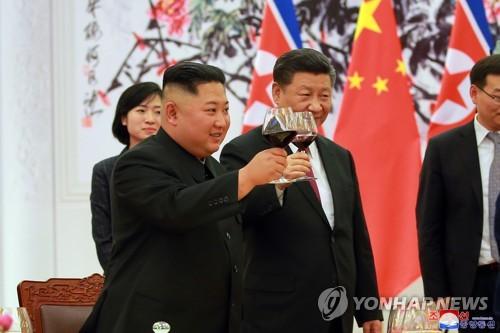 资料图片:2018年6月19日,在北京人民大会堂,朝鲜国务委员会委员长金正恩(左)出席欢迎仪式并与中国国家主席习近平共同举杯致意。 韩联社/朝中社(图片仅限韩国国内使用,严禁转载复制)