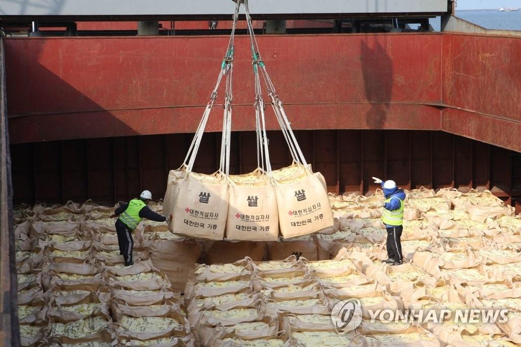 资料图片:2010年,在群山港,对朝援助大米在韩国装船。韩联社