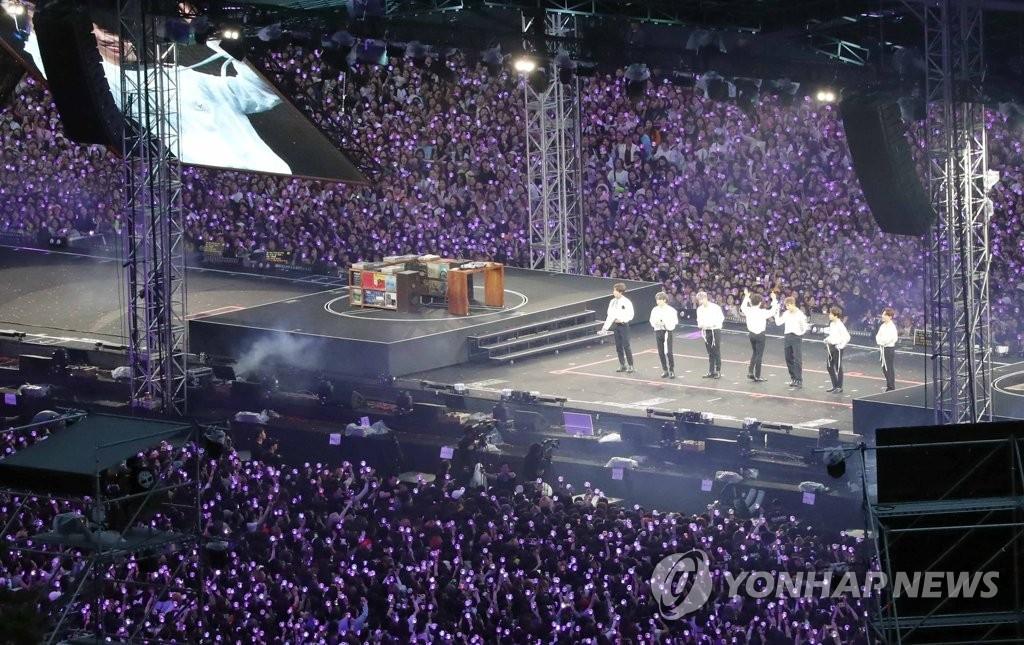 6月16日,防弹少年团在釜山举行粉丝见面会暨公演。 韩联社