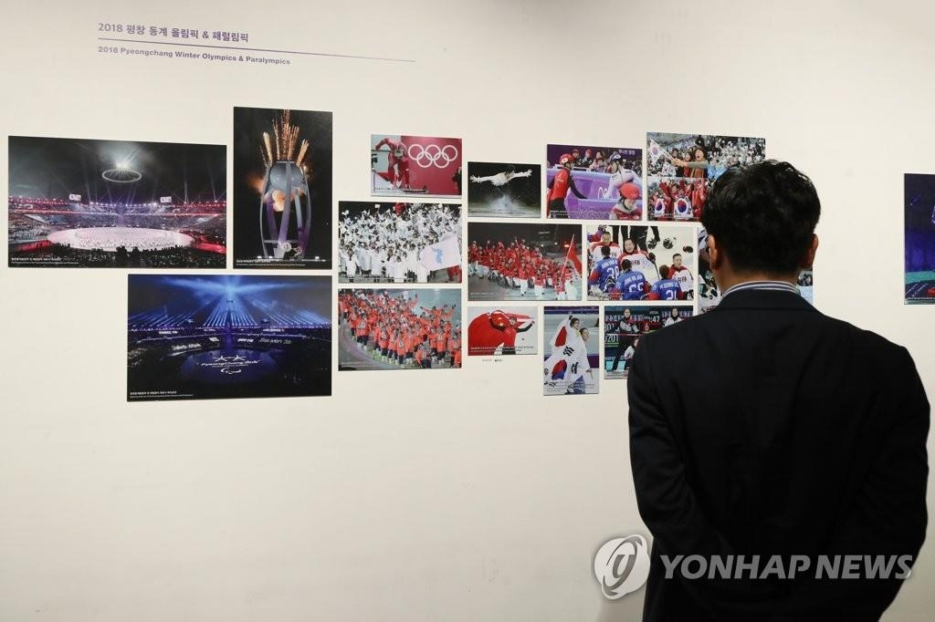 6月21日,纪念韩中日三国合作20周年的照片展在首尔市钟路区的地铁美术馆举行。 韩联社