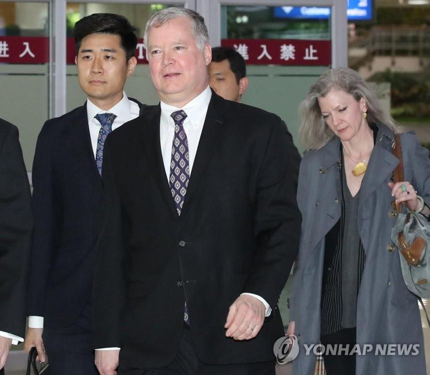 资料图片:5月8日下午,比根抵达韩国首尔金浦机场。右为美国国家安全委员会韩半岛助理艾莉森·胡克。 韩联社