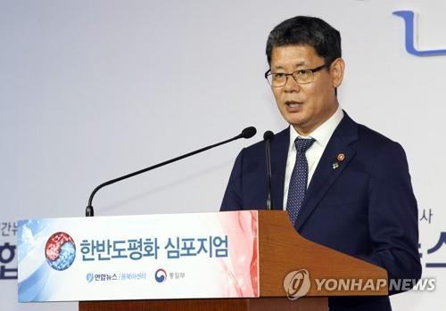 6月27日,韩国统一部长官金炼铁在2019韩半岛和平研讨会上发表主旨演讲。 韩联社