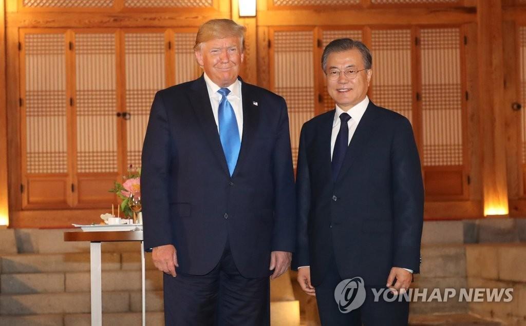 6月29日,在青瓦台,韩国总统文在寅(右)同到访的美国总统特朗普合影留念。 韩联社