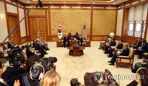 韩美领导人结束小型会谈开始举行扩大会谈