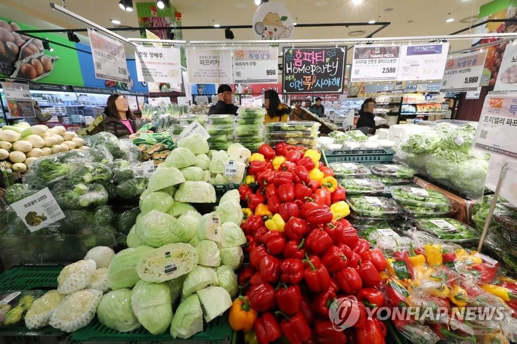 资料图片:韩国一家大型超市的蔬菜柜台 韩联社