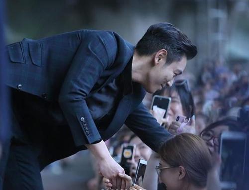 T.O.P与粉丝们握手。 T.O.P社交网站截图