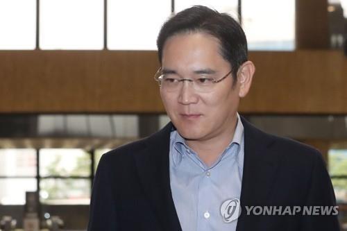资料图片:7月7日,在首尔金浦机场,李在镕准备登机出国。 韩联社