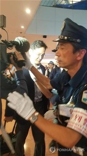 资料图片:7月7日晚,李在镕飞抵日本羽田机场。 韩联社