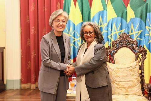 当地时间7月10日,在埃塞俄比亚首都亚的斯亚贝巴,外交部长官康京和(左)拜会埃塞俄比亚总统萨赫勒-沃克·祖德。 韩联社/外交部供图