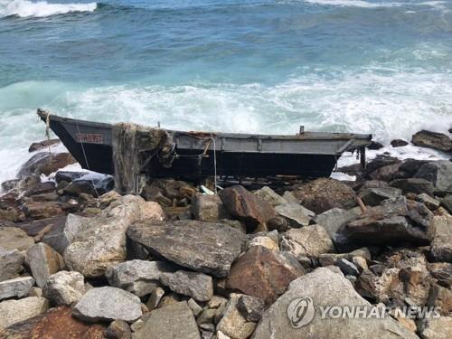 韩军近日发现并报废多艘越界南下朝鲜木船