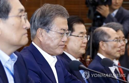 7月8日,在青瓦台,文在寅(左二)主持召开首席辅佐官会议。 韩联社