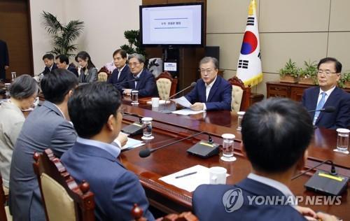 7月8日,在青瓦台,文在寅(右排右二)主持召开首席辅佐官会议。 韩联社