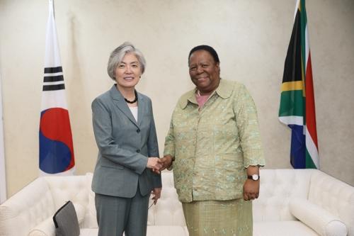 韩国外长康京和会见南非外长潘多尔