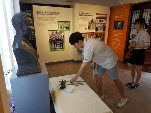 7月16日下午,在上海鲁迅公园梅轩纪念馆,韩国青年代表团成员们向尹奉吉义士胸像献花。 韩联社