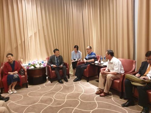 7月16日,在上海,张夏成(左二)与独立有功者后人座谈。 韩联社