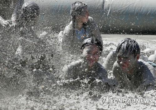 资料图片:图为2018年举行的保宁泥浆节现场照。 韩联社