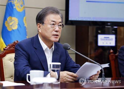 7月22日下午,在青瓦台,文在寅在幕僚会议上发言。 韩联社
