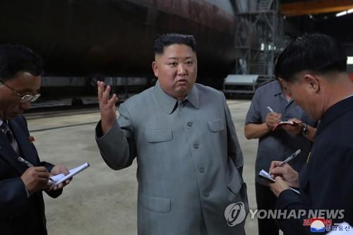 金正恩参观朝鲜新建潜艇