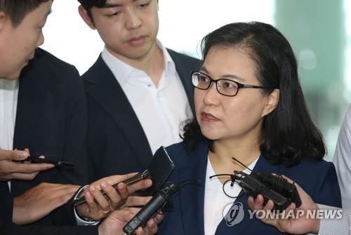 7月23日,在仁川国际机场,俞明希接受媒体采访。 韩联社