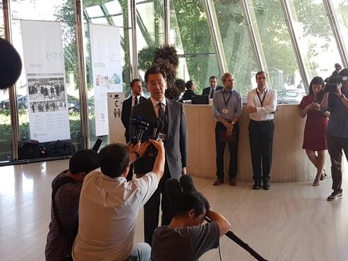 山上信吾抵达会场前接受记者提问。 韩联社