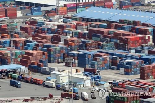 资料图片:大量集装箱在釜山港等待出口。 韩联社