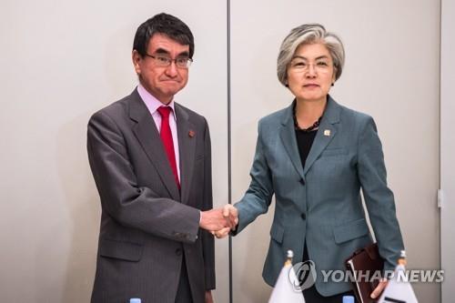 资料图片:康京和(右)和河野太郎 韩联社