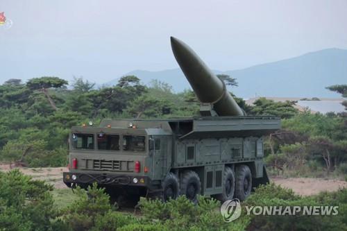 据朝鲜中央电视台26日报道,金正恩25日亲自组织、指挥了发射新型战术制导武器的武力示威。图为装载到发射车上的近程弹道导弹。 韩联社/朝鲜央视(图片仅限韩国国内使用,严禁转载复制)