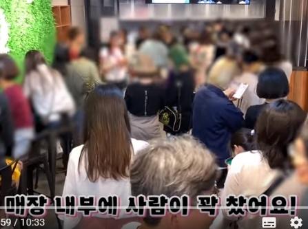 资料图片:一家黑糖饮品专卖店内坐满顾客。 优兔截图