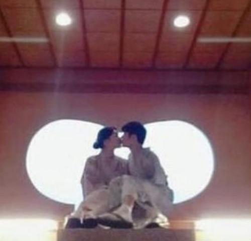 资料图片:金圭钟(右)与日本女友亲吻图片 网络社区供图(图片严禁转载复制)