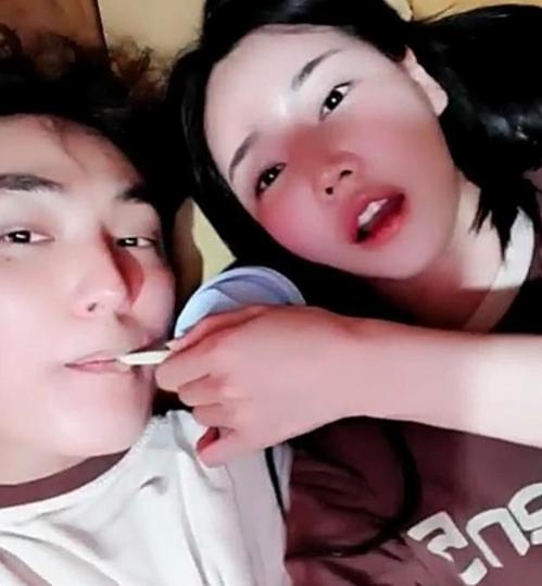 资料图片:安七炫(左)与车模亲昵视频截图 网络社区供图(图片严禁转载复制)