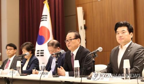 8月1日,韩国国会代表团在韩国驻日大使馆召开记者会,介绍访日结果。 韩联社