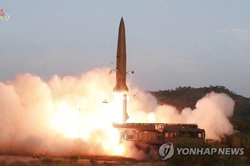 """资料图片:这是朝鲜中央电视台7月26日播出的新型战术指导武器""""KN-23""""近程弹道导弹发射场面。 韩联社/朝鲜央视(图片仅限韩国国内使用,严禁转载复制)"""