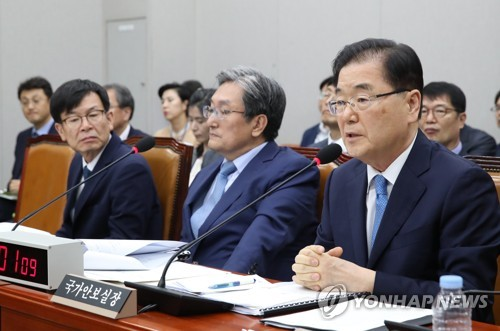 郑义溶(右一)在国会运营委员会全体会议上答问。 韩联社