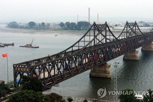 资料图片:连接中国丹东与朝鲜新义州的中朝友谊桥 韩联社/美联社