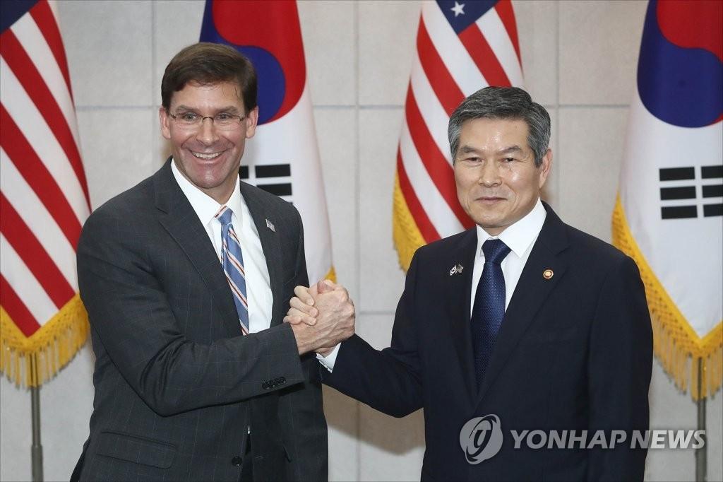 8月9日,在韩国国防部大楼,韩国防长郑景斗(右)与到访的美国新任防长马克·埃斯珀在会前握手合影。 韩联社