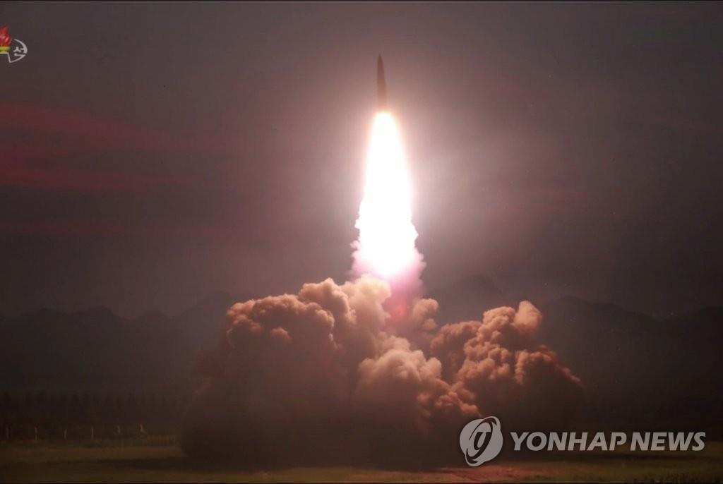 """资料图片:这是朝鲜中央电视台8月7日播放的""""新型战术导弹""""发射现场画面。 韩联社/朝鲜央视(图片仅限韩国国内使用,严禁转载复制)"""