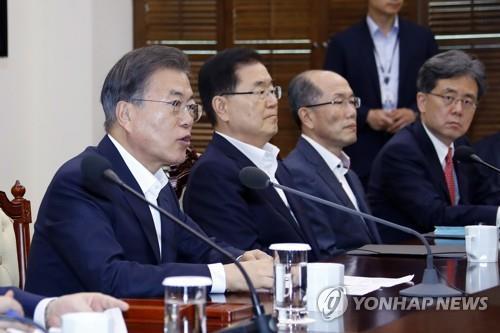 8月12日,韩国总统文在寅(左一)主持召开幕僚会议。 韩联社