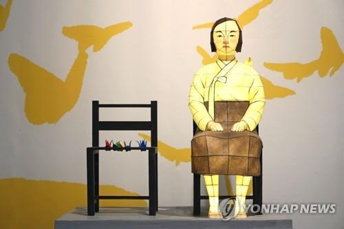 """资料图片:8月8日,在首尔市钟路区gallery is展馆,讲述慰安妇受害人故事的展览""""老奶奶的明天""""展出用韩纸制作的和平少女像模型。 韩联社"""