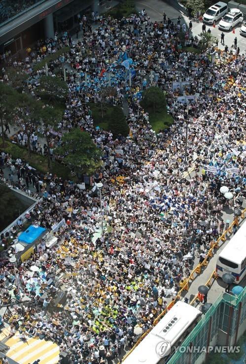 """8月14日下午,在首尔日本驻韩大使馆原址前,要求日本政府解决慰安妇受害者问题的第1400次定期""""周三集会""""举行。 韩联社"""