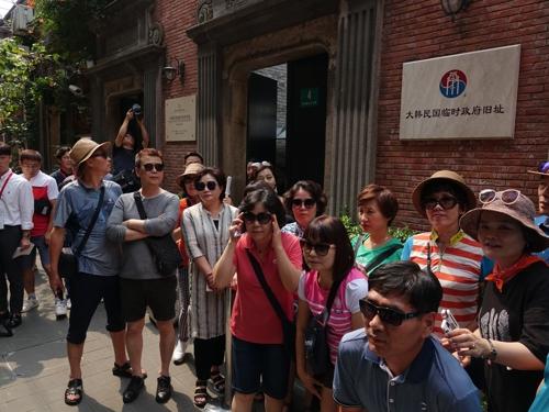 8月14日,在上海普庆里,韩国游客聚集在大韩民国临时政府旧址合影留念。 韩联社